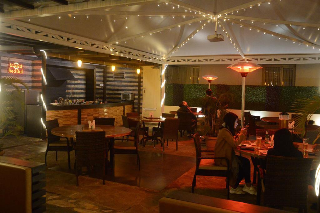 Restaurant cum Bar